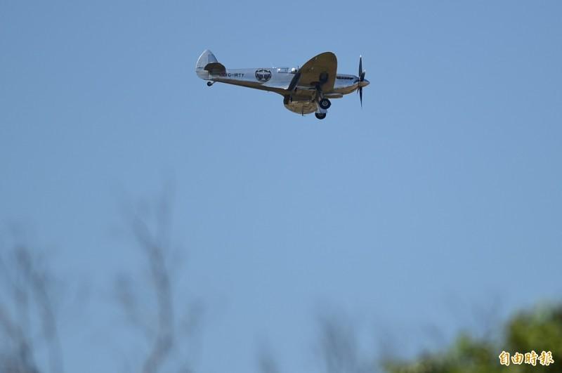 銀翼噴火式戰機飛抵台中機場。(記者廖耀東攝)