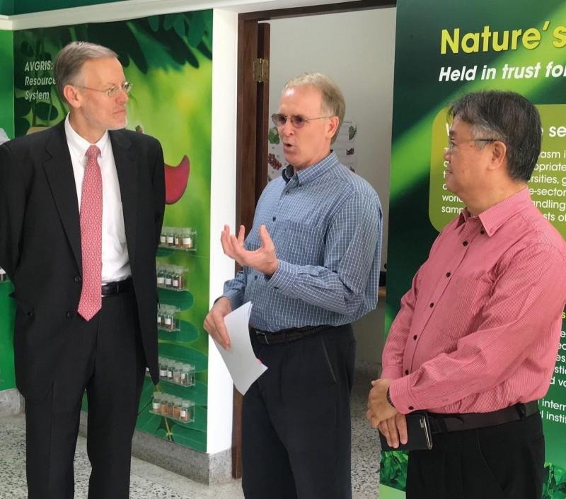 美國在台協會(AIT)處長酈英傑(Brent Christensen)(左一)今拜訪「 亞蔬–世界蔬菜中心」,並親自種下一棵樹,象徵美台在農業發展的合作。(取自AIT臉書)