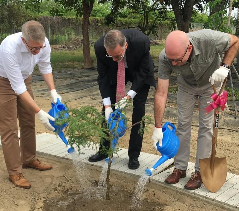 美國在台協會(AIT)處長酈英傑(Brent Christensen)(中)今拜訪「 亞蔬–世界蔬菜中心」,並親自種下一棵樹,象徵美台在農業發展的合作。(取自AIT臉書)