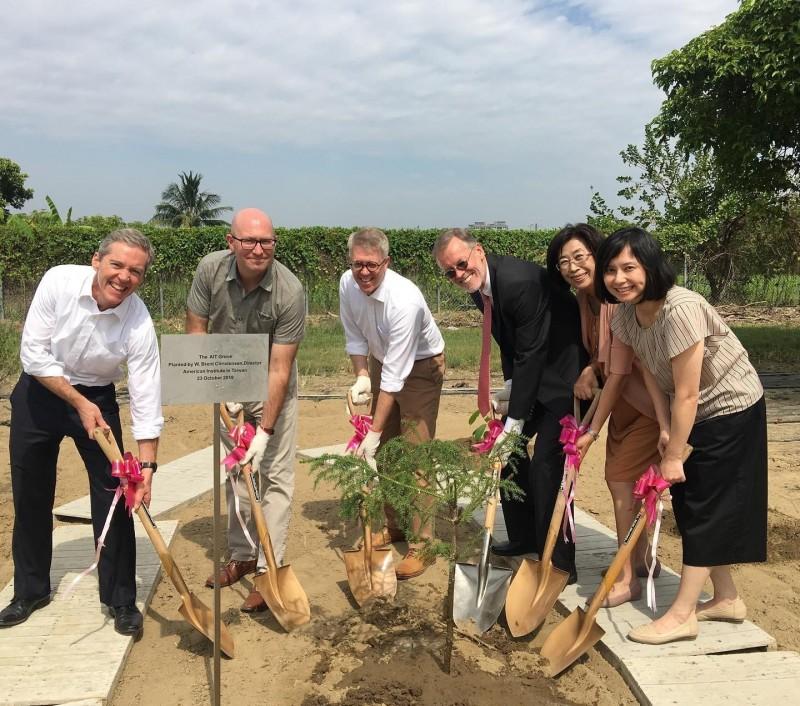 美國在台協會(AIT)處長酈英傑(Brent Christensen)(右三)今拜訪「 亞蔬–世界蔬菜中心」,並親自種下一棵樹,象徵美台在農業發展的合作。(取自AIT臉書)