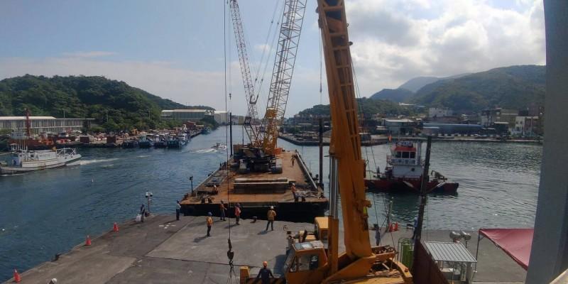 港務公司調來平台船,加快跨港大橋拆除工作。(記者張議晨翻攝)