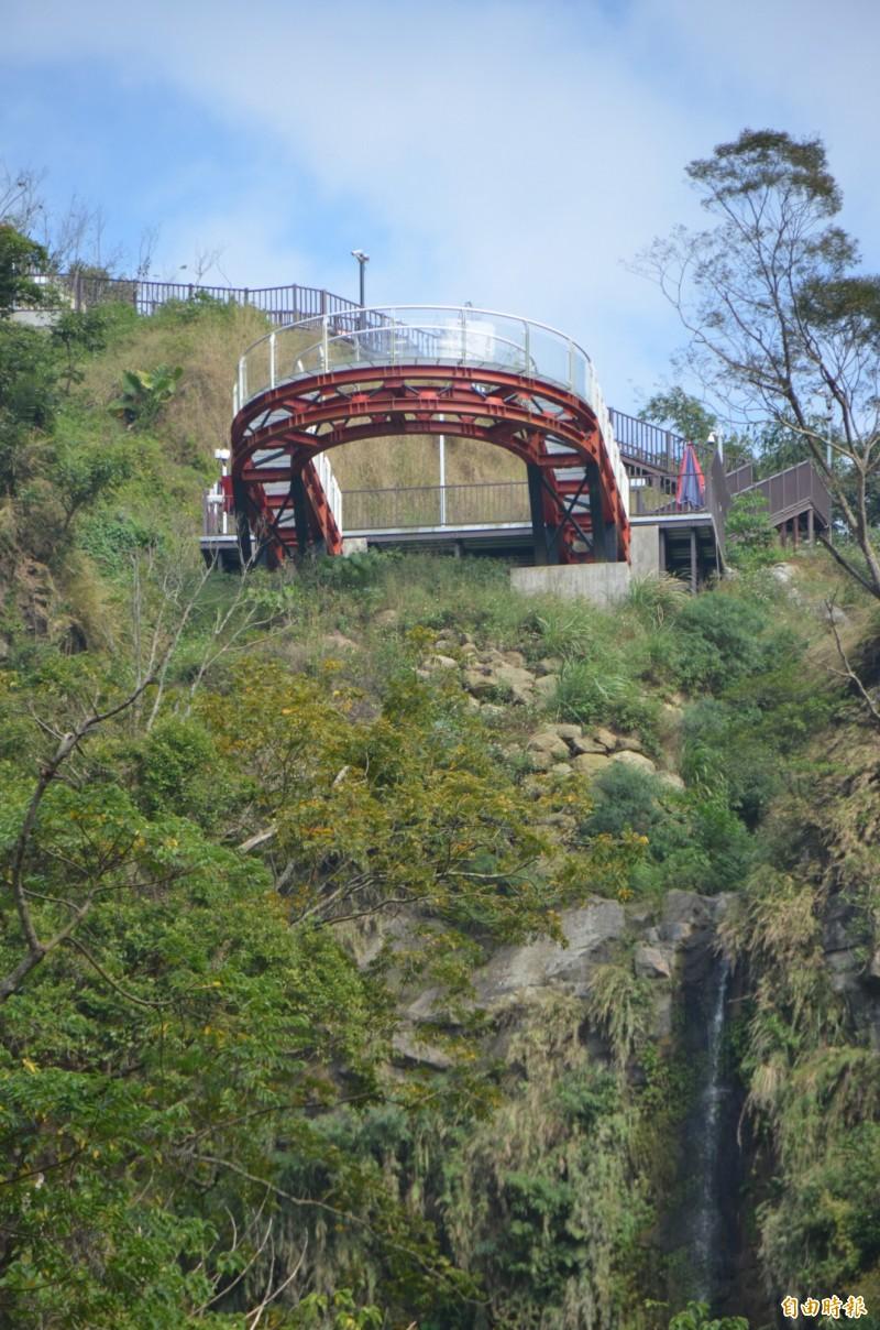 中寮鄉公所說空中步道下方有4個基座監測儀中,有1座土石流失須補強。(記者陳鳳麗攝)