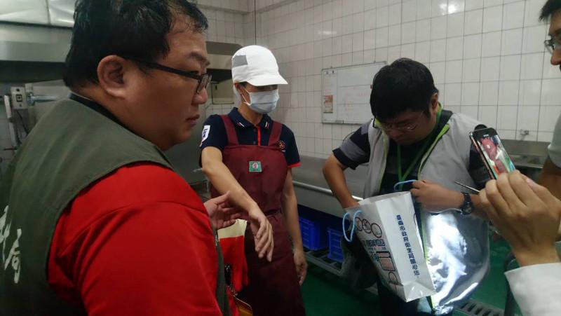 台南市新市國中傳師生疑似食物中毒,衛生局與教育局前往稽查並採取檢體。(台南市衛生局提供)