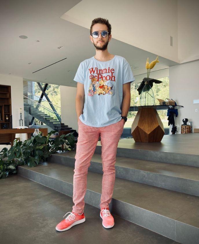 日前遭到中國封殺的全球百大DJ「Zedd」,在網上發布穿小熊維尼衣服的照片嘲弄此事。(圖擷自Zedd推特)