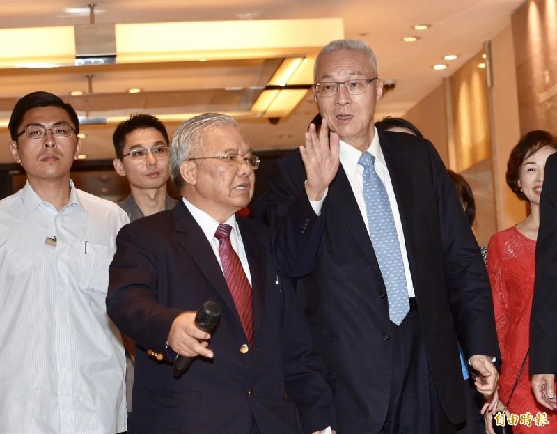 吳敦義(右)出席退休警察人員總會團結造勢大會,被問到王金平認為「吳敦義列名不分區,能擔任立法院長」,僅回了「謝謝」兩個字。(記者羅沛德攝)