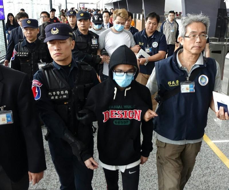 香港律政司司長鄭若驊被問及上次台灣移交嫌犯給香港的問題時表示,好難對上次案件如何運作作回應。圖為2016年移交香港嫌犯的畫面。(資料照)