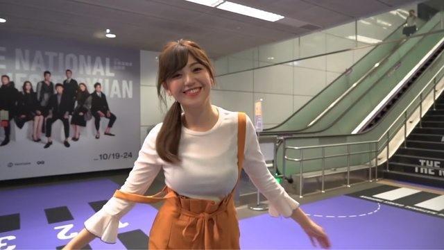 全運會機捷宣傳影片,廣告中的女主角簡懿佳,因為吊帶滑落還有傲人上圍引發網友關注。(圖擷取自「桃園大眾捷運」YouTube)