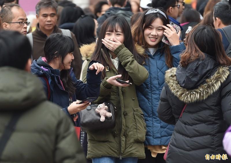 氣象局表示,未來10天台灣仍受東北風影響,提醒民眾注意保暖。(資料照)