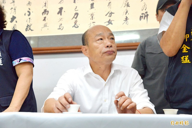 Kaohsiung Mayor Han Kuo-yu, the Chinese Nationalist Party's (KMT) presidential candidate, enjoys a cup of locally grown tea during a campaign event in Chiayi County yesterday. Photo: Hsu Li-chuen, Taipei Times