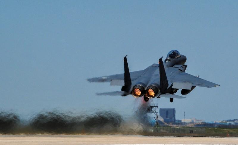 因應俄機頻繁進出防空識別區,南韓空軍派出包括F-15K、KF-16在內共10架戰鬥機伴飛。圖為F-15K。(路透)