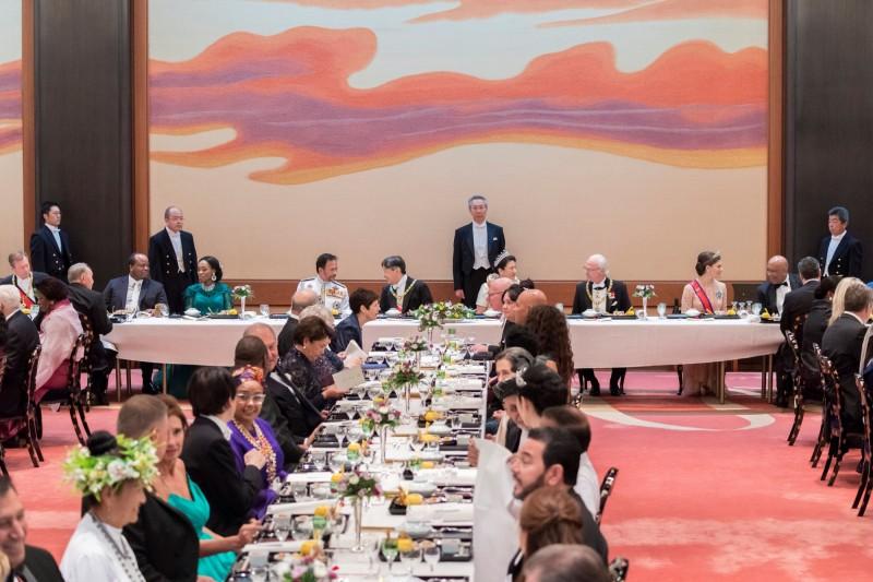 日本德仁天皇昨晚間在皇居豐明殿舉辦「饗宴之儀」,招待世界各國賓客。(路透)