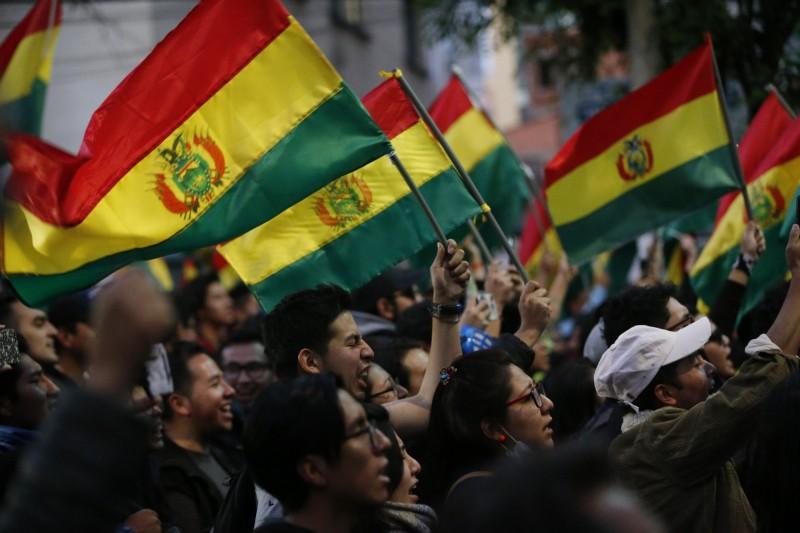 對於總統大選結果持反對意見的玻國人民走上街頭,表達憤怒。(美聯社)