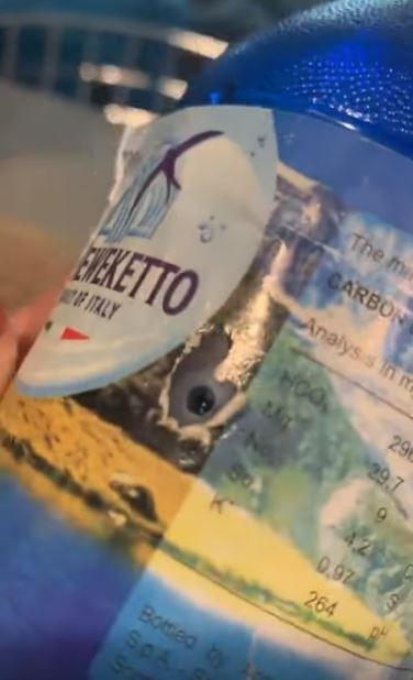 一名女遊客在澳洲海灘上做日光浴時,發現有男子將針孔攝影機藏在寶特瓶中隨意丟棄。(圖擷自Jim Gainsford YouTube)