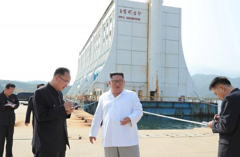 金正恩本週前往金剛山視察後,痛批該處的建築物「亂七八糟」,並表示所有由南韓建設的相關設施必須拆除。(法新社)
