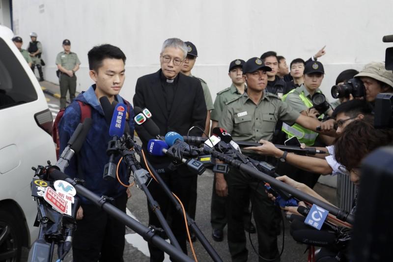 港女命案兇嫌陳同佳今天出獄,他在面對媒體採訪時除當場鞠躬向受害者家屬道歉,也聲稱對於造成近期紛擾感到抱歉。(美聯社)