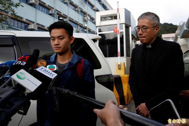 女命案兇嫌陳同佳(左)今天在香港出獄,他來台投案一事掀起軒然大波,行政院官員無奈表示,行政部門是因為考量國家主權、後續司法追訴等4大關鍵問題,才會堅持循司法互助的方式處理本案。(路透)