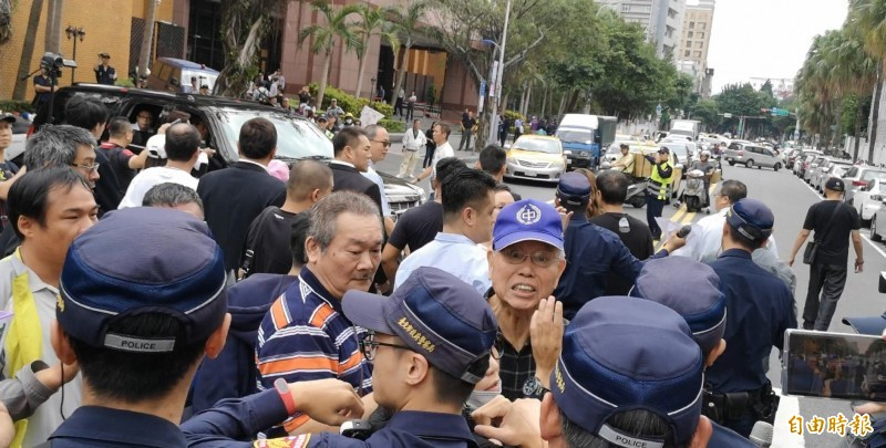 統促黨群眾一度與員警在馬路上爆推擠衝突,影響交通。(記者黃捷攝)