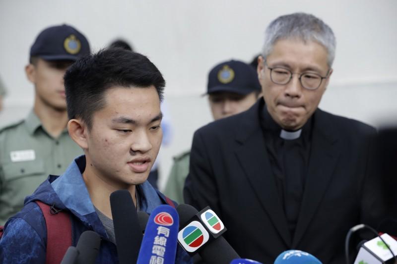 牧師管浩鳴(右)於上午11點說,陳同佳(左)確實做錯事,但不能成為政治籌碼,今日不會啟程到台灣。(美聯社)
