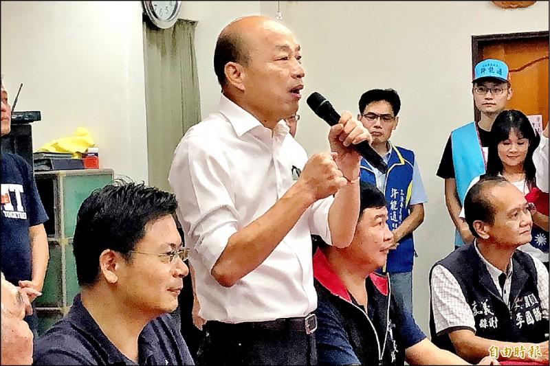 韓國瑜在嘉義中埔允諾未來要在台灣高山都設升旗台。(記者許麗娟攝)