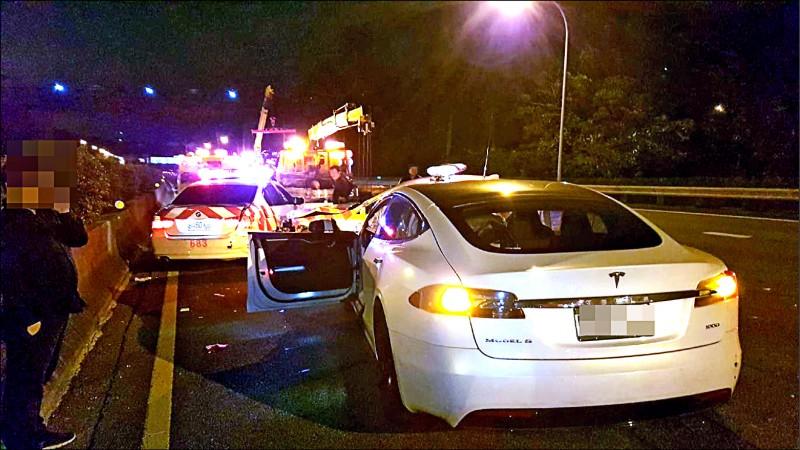 林姓男子去年12月駕駛特斯拉電動車開啟自動駕駛輔助系統,疑精神不佳,在國道上衝撞警用巡邏車。(資料照)