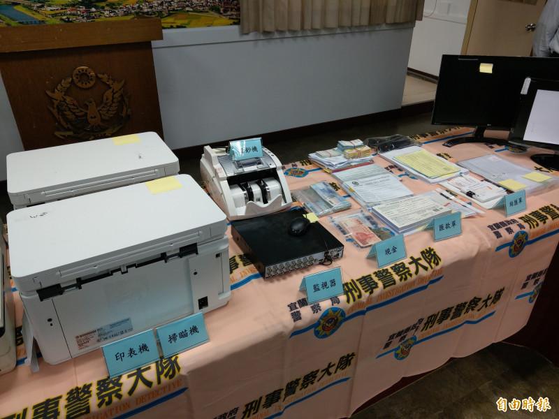宜蘭縣警察局查獲地下匯兌商店,查扣現金、電腦、匯款單等多樣證物。(記者張議晨攝)