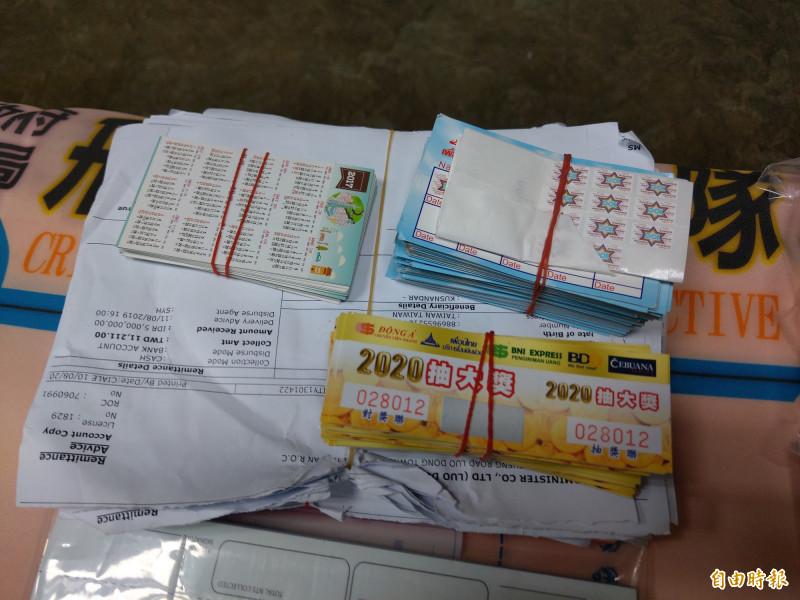 宜蘭縣警察局查獲地下匯兌商店,查扣現金、電腦、匯款單以及集點卡等多樣證物。(記者張議晨攝)