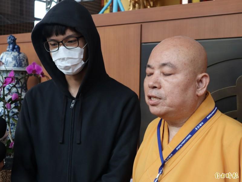 本願山聽經團班長陳姓大學生(左)也出席記者會強調,事前即知是要北上參加法院記者會而非聽經,也未參與現場抗議活動。(記者歐素美攝)