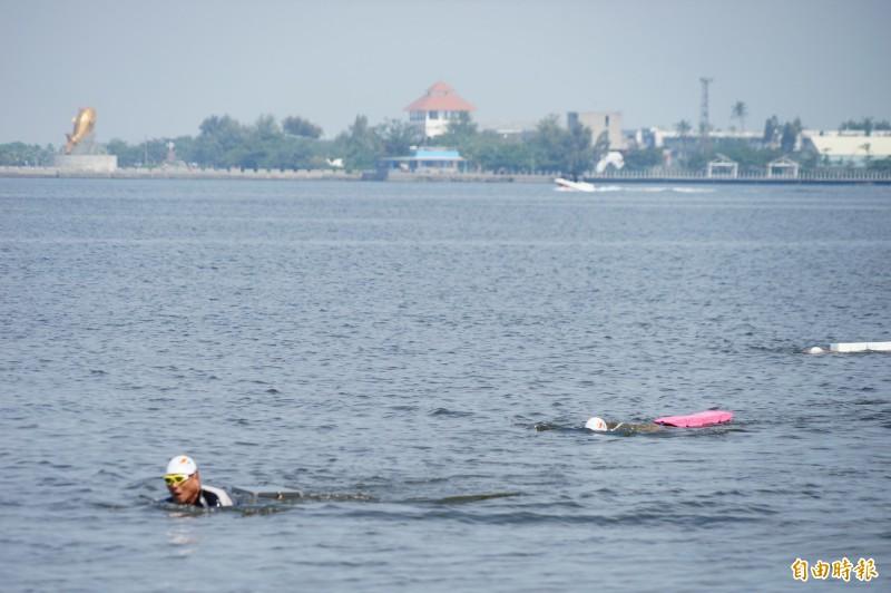 主辦單位自驗水質,還請大批泳士下水試泳,親自驗證。(記者陳彥廷攝)
