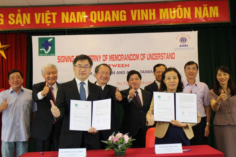 農委會畜衛所所長邱垂章(前排左)與越南國家獸醫研究所代理所長范氏玉(前排右),昨在河內共同簽署合作備忘錄(MOU)。(圖由農委會提供)