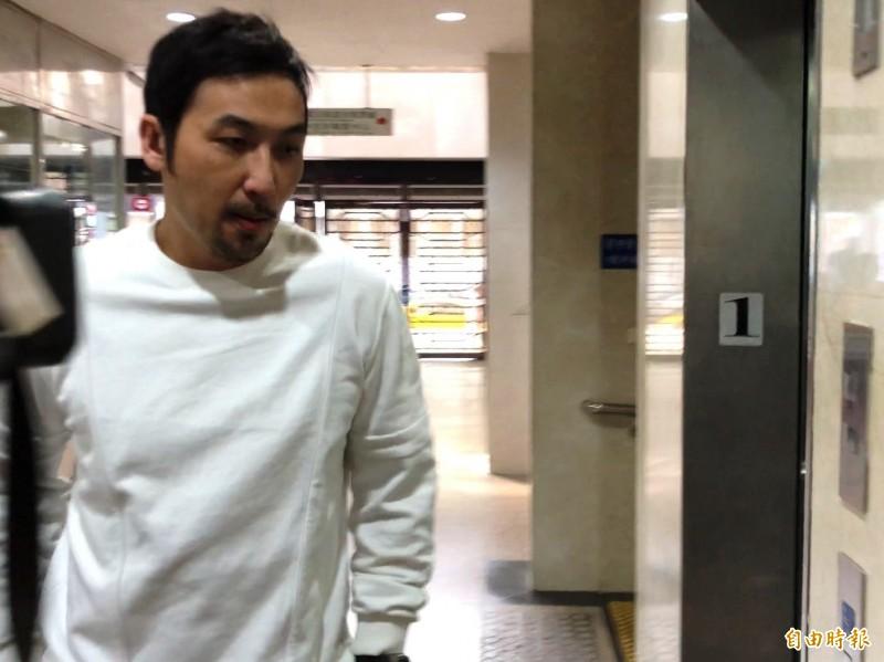 今天下午3點,穿白色上衣、黑色長褲的李進良,快步走入法院1樓大廳,面對在場守候的媒體,他沒有任何回應,隨即上樓開庭。(記者錢利忠攝)