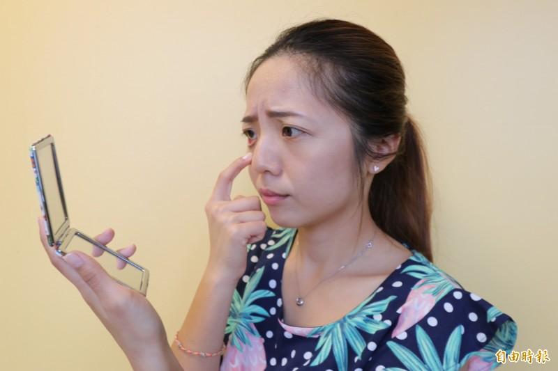 台中一名女子眼睛乾澀,眼球下方還出現如果凍般的白色薄膜,就醫後才確診是結膜鬆弛。圖為情境照,圖中人物與本文無關。(記者陳建志攝)