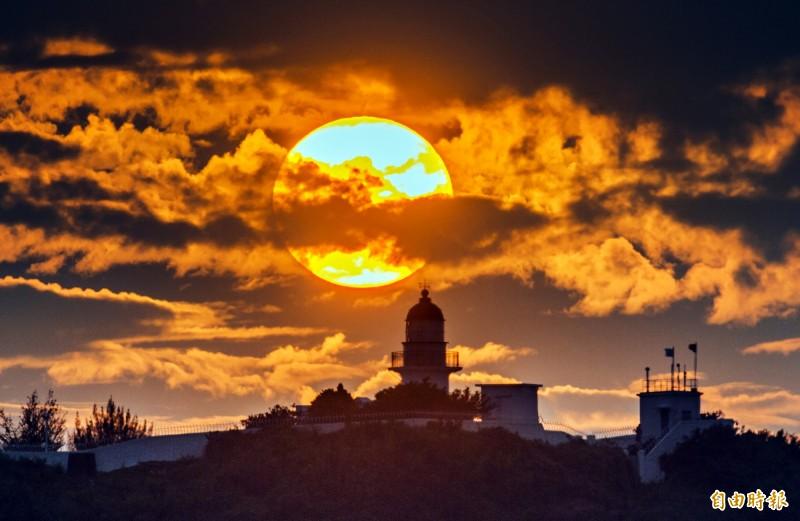 高雄港這幾天夕陽餘暉,美得像一幅畫。(記者張忠義攝)