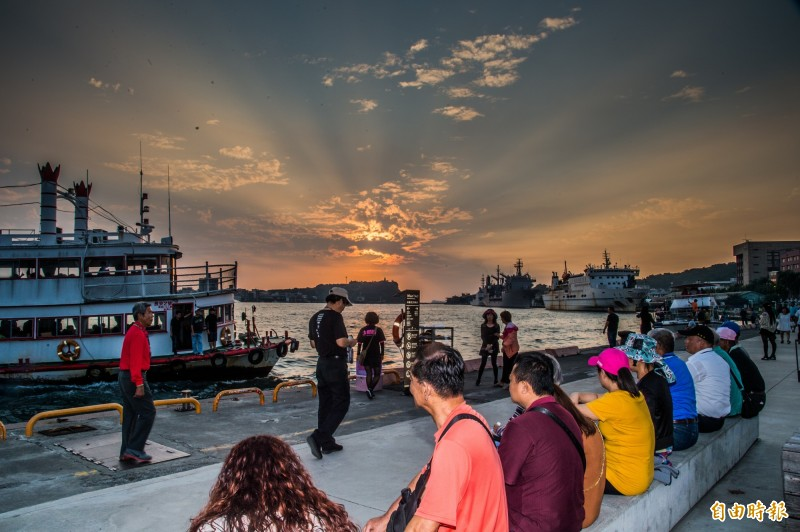 這幾天如果你在高雄香蕉碼頭棧二庫欣賞夕陽落日,落日剛好就會在高雄旗津燈塔正後方,喜歡拍照攝影朋友可要把握會。(記者張忠義攝)