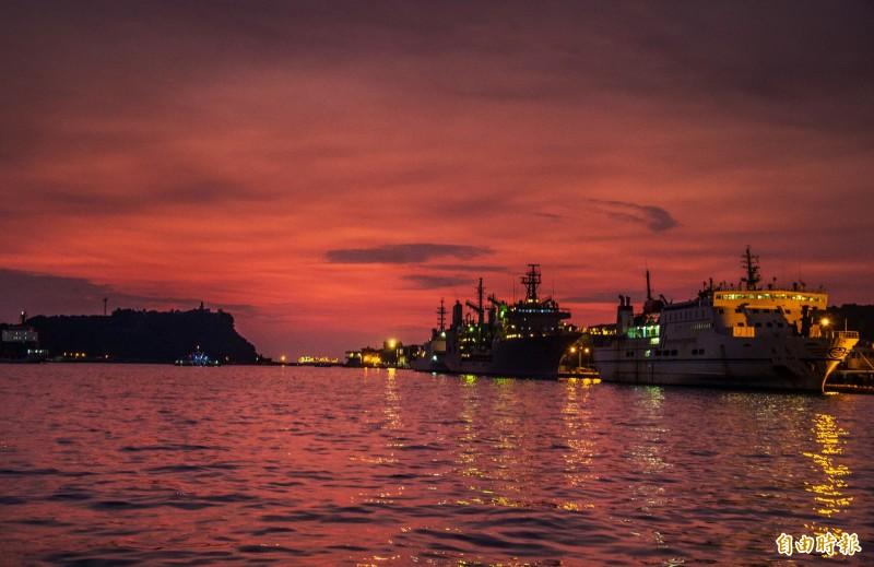 坐在高雄香蕉碼頭棧二庫,你會發現高雄港越夜越美麗。(記者張忠義攝)