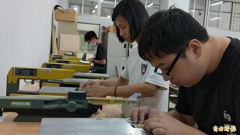 台南一中選修課「娛樂數學與木藝創客」,將數學與生活連結。(記者劉婉君攝)