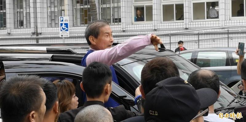 統促黨總裁張安樂昨到台北地檢署控告民進黨涉組織犯罪、法務部長蔡清祥瀆職,並一度與警方爆衝突。(資料照)