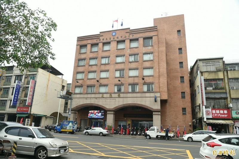 設在國民黨高雄市黨部的韓國瑜全國競選總部,最近改大門進出方位。(記者張忠義攝)