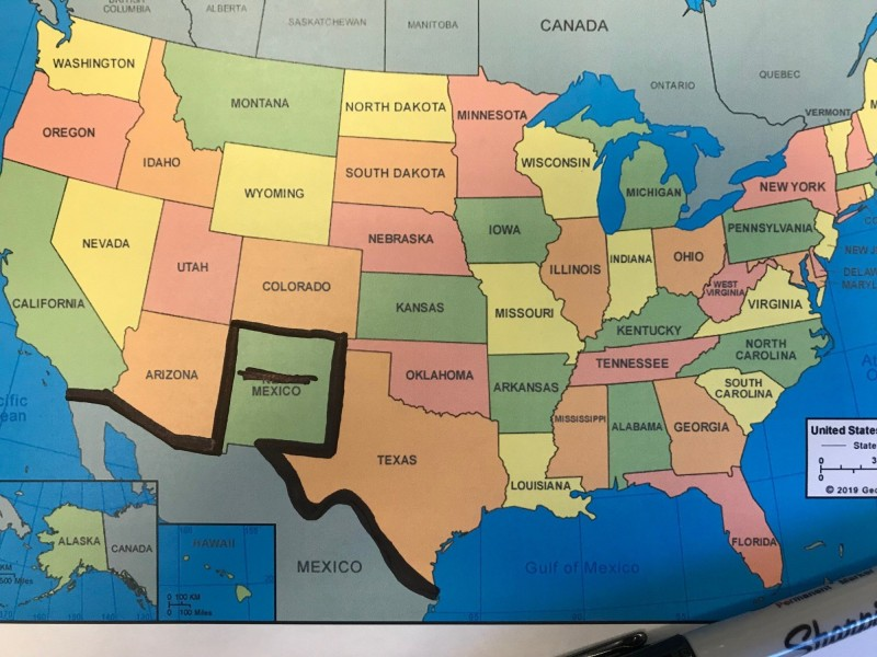 川普23日在演講時聲稱要在科羅拉多州築牆,引發外界狂酸,因為科羅拉多州與墨西哥並未接壤。民主黨參議員雷希在地圖上畫出新的美墨邊界,酸意滿點。(圖擷自推特)