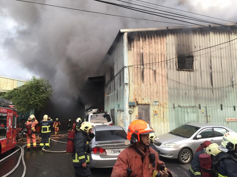 新莊鐵皮工廠大火延燒3棟 黑煙竄天際