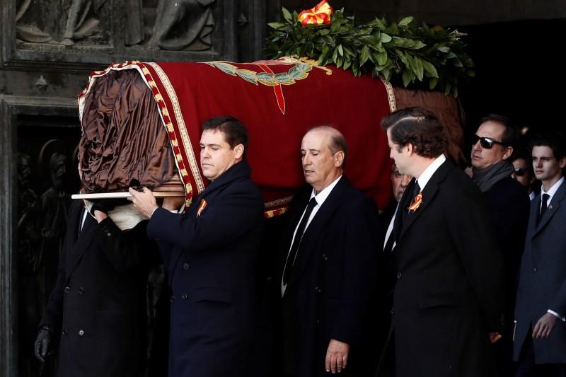 西班牙已故獨裁者佛朗哥(Francisco Franco)逝世44年後,今(24)日遺骸遷出宏偉的國家陵墓「烈士谷」。(法新社)