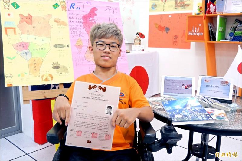 好神!腦麻少年劉彥谷才高二,靠聽音辨字、一人分飾多角對話,練出日文檢定N2級功力。(記者蘇孟娟攝)