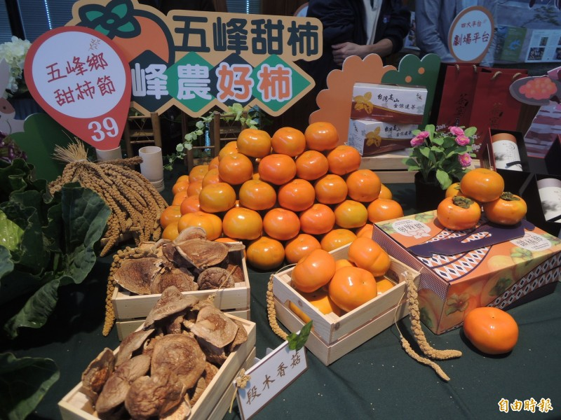 新竹縣甜柿節本週末登場,五峰鄉公所26、27日於竹北市新瓦屋展售,民眾可把握當季嚐鮮。(記者廖雪茹攝)