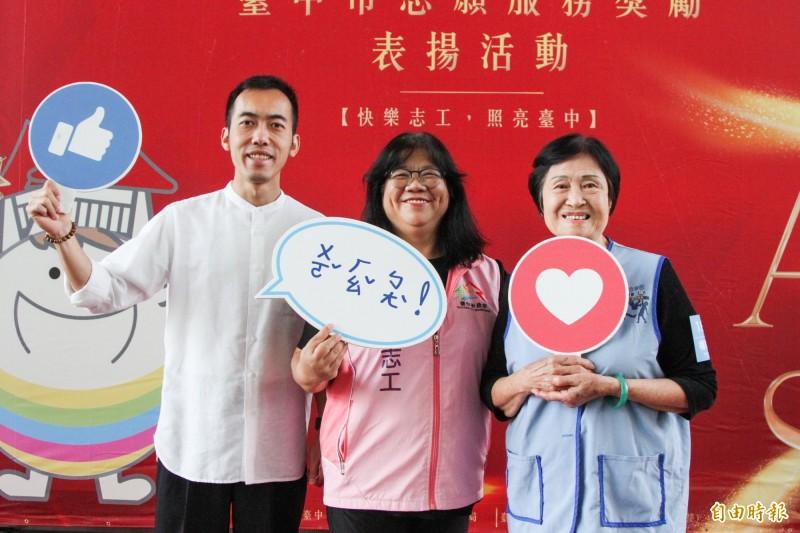楊吳哖(右)87歲仍當志工,她和志工徐麒智(左)、陳龍莉(中)一起獲得市府表揚。(記者張菁雅攝)