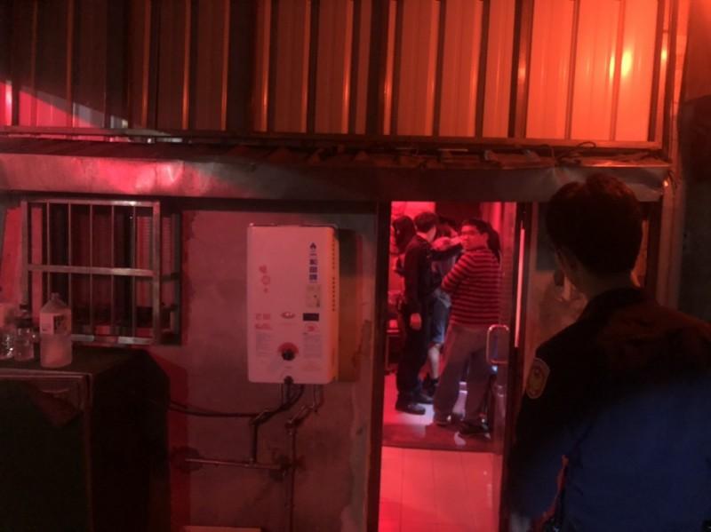 基隆市警一分局南榮路派出所昨晚搜索鐵路街私娼寮,活逮2名外縣市尋芳客正在辦事。警訊後,將趙姓負責人依妨害風化罪嫌送辦。(記者林嘉東翻攝)