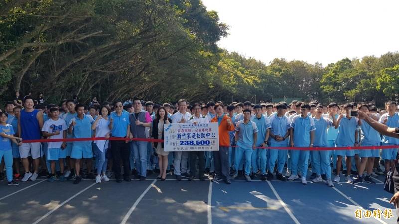 新竹市光復中學今天舉辦為愛路跑,有1233名學生參與,全程5公里,共獲238500元的捐款,全部捐給新竹家扶中心,幫助需要的學童。(記者洪美秀攝)