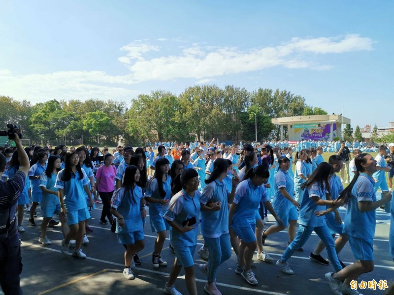 新竹市光復中學今天舉辦為愛路跑,有1233名學生參與。(記者洪美秀攝)