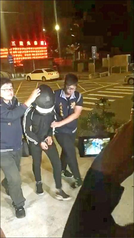 唐姓少年24日凌晨0時許在新北地檢署對空連開8槍,被依違反槍砲彈藥刀械管制條例、公共危險等罪嫌移送。 (記者徐聖倫翻攝)