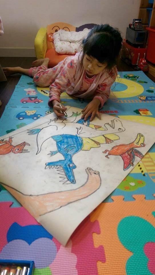 綺綺生前最喜歡畫恐龍,恐龍貼圖已經上市,延續小女孩的愛。(圖擷取自施景中臉書)<br /><br /><p>