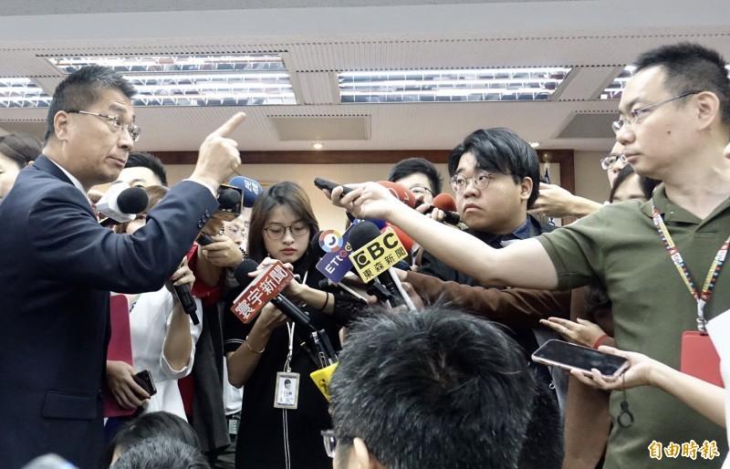有媒體記者昨提問時質疑內政部長徐國勇是否「睜眼說瞎話」,原本正要轉身離開的徐國勇回頭怒轟:「問一個部長,不要問什麼睜眼說瞎話,客氣一點!」(資料照,記者簡榮豐攝)