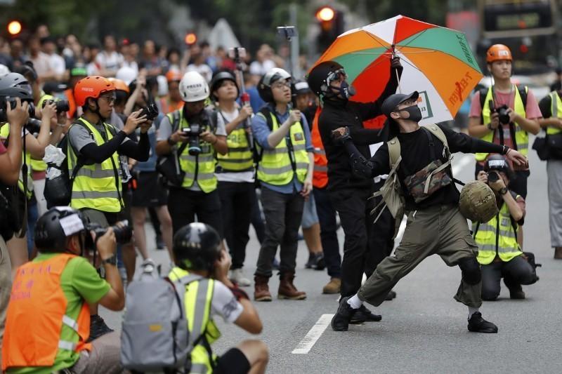香港反送中浪潮延燒,警民關係緊張,據傳港府正在研究「記者發牌制度」,擬讓政府新聞處統一審批,予以記者採訪資格。(美聯社)